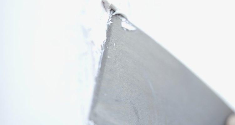 Faça massa corrida em casa para utilizar em pequenos buracos nas paredes
