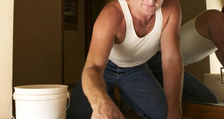 Debes limpiar la lechada antes de que se seque, porque una vez seca es muy difícil de hacerlo.