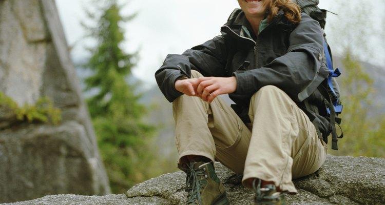 Las botas más pesadas de excursión pueden proteger tus tobillos si estás caminando a través de arbustos gruesos.