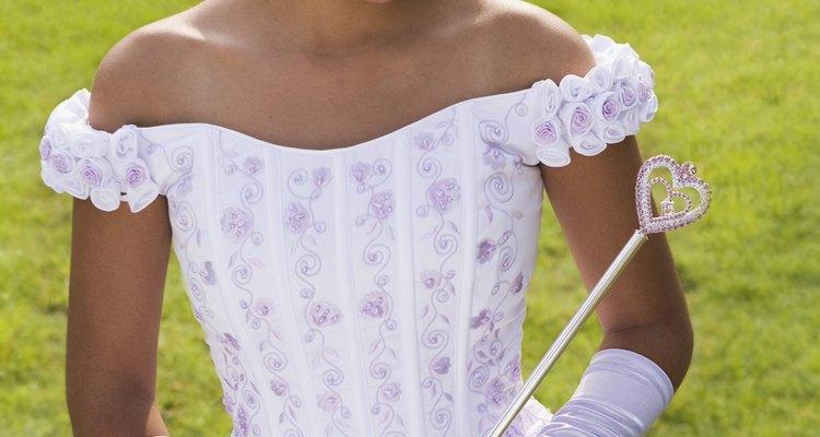 Cenicienta usaba su vestido con guantes largos blancos.