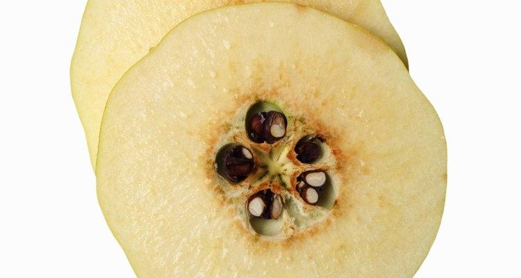 Las rodajas del membrillo revelan cómo se relaciona cercanamente con la manzana.