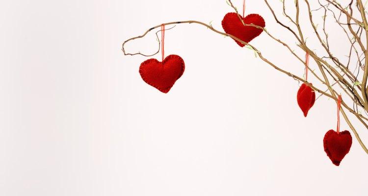Los corazones de san valentín palpitan cuando se brinda un regalo hecho a mano.