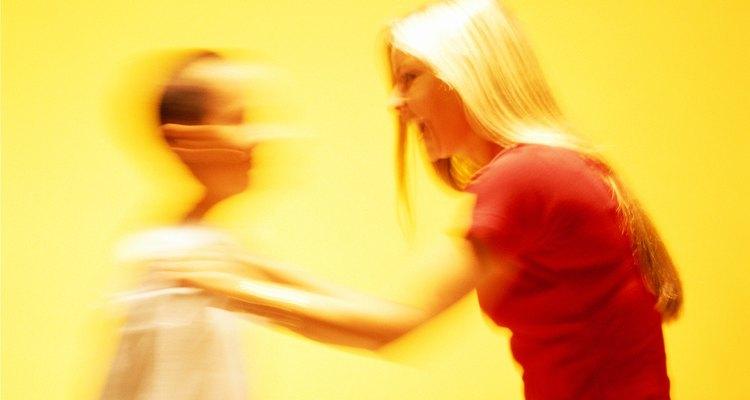 Las palabras verbalmente abusivas dañan a la gente. Señala a tu hija que incluso el lenguaje oído por casualidad puede ser tan poderoso.