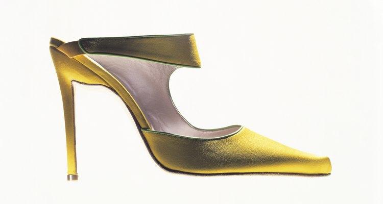 Estos zapatos a veces se decoraban con moños en el área de los dedos.