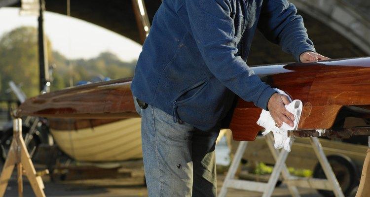 Puedes hacer que la madera opaca se torne brillante y suave usando simples técnicas de barnizado.