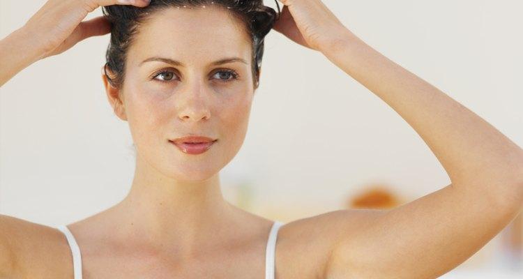 Usa un exfoliante vigorizante para nutrir el cabello y el cuero cabelludo.