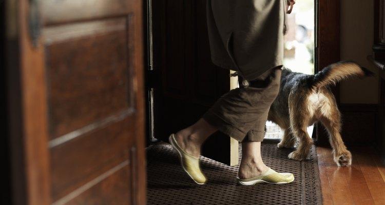 Mulher atravessando a porta da frente