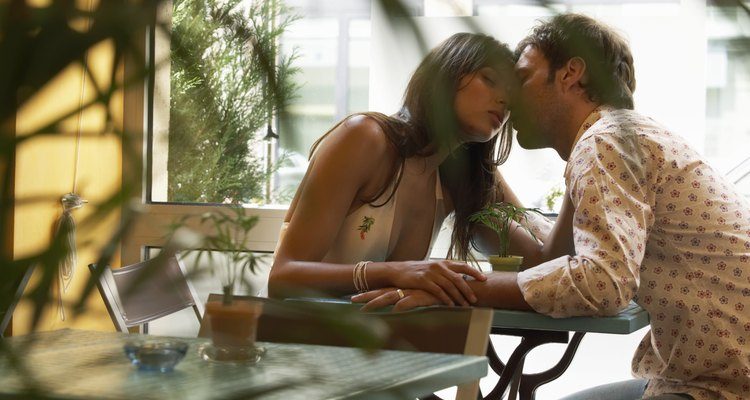 Hablar románticamente con tu novio puede llevar a una noche especial.