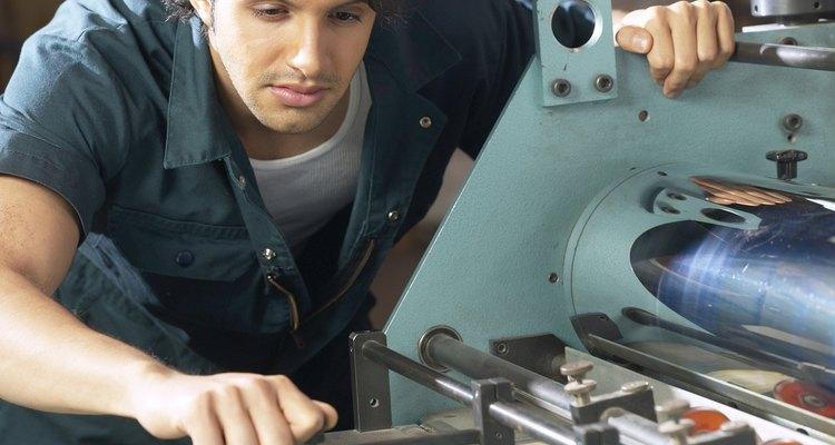 Se requiere resistencia para convertirte en un operador de maquinarias, ya que la mayoría de un turno la puedes pasar de pie y moviéndote.