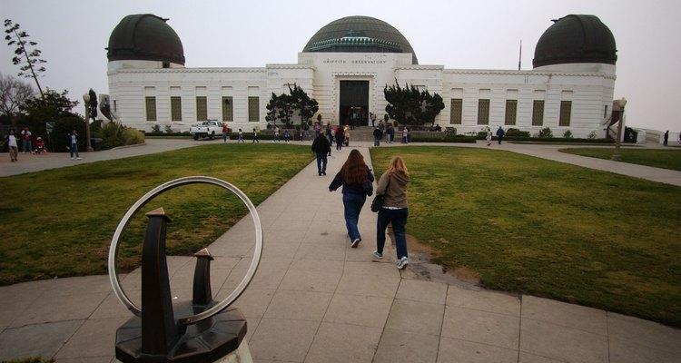 Griffith Observatory en las colinas de Hollywood es el mejor lugar en Los Ángeles para ver las estrellas, millones de ellas, por la noche.