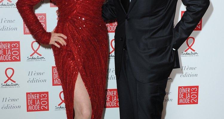 Dita von Teese es la mujer de rojo con el estilo de los años 40 de la cabeza a los pies.