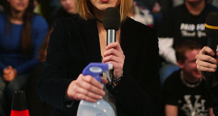 Julia Stiles apresentou o Febreze na MTV como sendo necessário para os alojamentos universitários