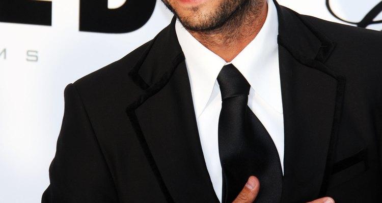 Rodrigo Santoro com cabelo penteado e barba por fazer