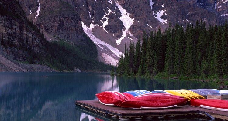 Los senderistas pueden atravesar lagos y bosques en las Montañas Rocallosas canadienses a lo largo del borde occidental de Alberta.