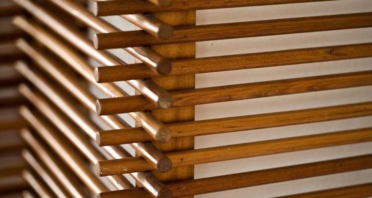 Bastões de madeira são a base para um escorredor de louças simples