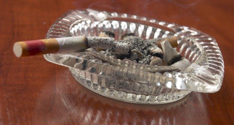 Queimaduras de cigarro podem danificar as superfícies da madeira