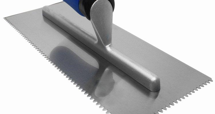 É necessário utilizar uma desempenadeira para aplicar a argamassa