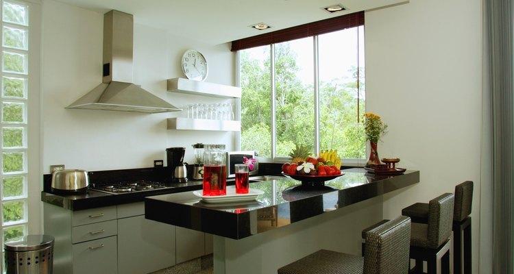 La luz natural puede hacer que una cocina parezca más grande.