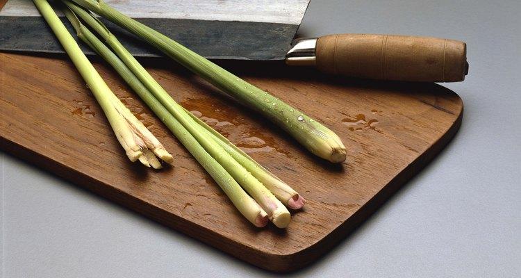 Corta la citronela con un cuchillo filoso y machaca con un ablandador de carne para que libere todo su sabor.