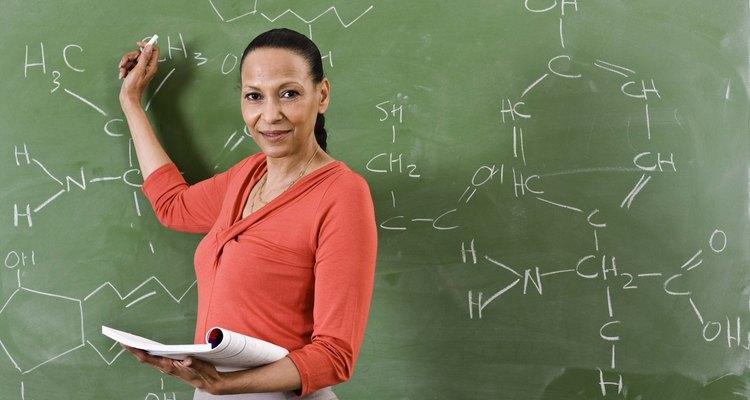 Equações químicas utilizam muitos símbolos diferentes para descrever reações
