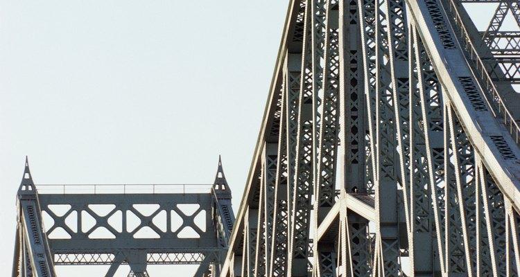 A ponte treliçada em cantiléver Jacques Cartier, em Montreal, transpõe o rio São Lourenço