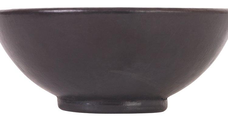 Utiliza un bol simple y poco profundo para el ikebana.