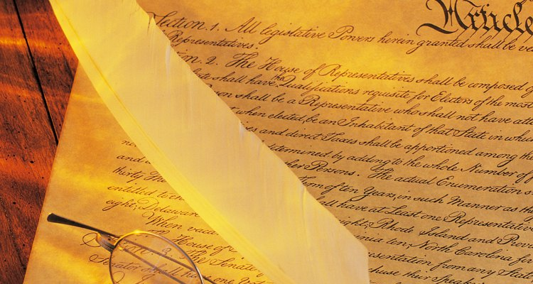 La Constitución de EE.UU. comienza con un preámbulo y procede a incluir los artículos y enmiendas.