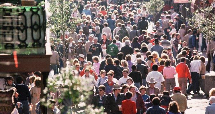 Las celebraciones de Mardi Gras en Nueva Orleans atraen multitudes de espectadores.
