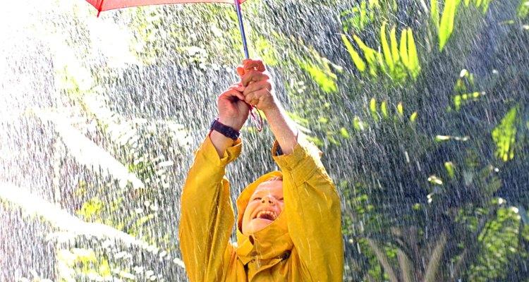Niño jugando en la lluvia.