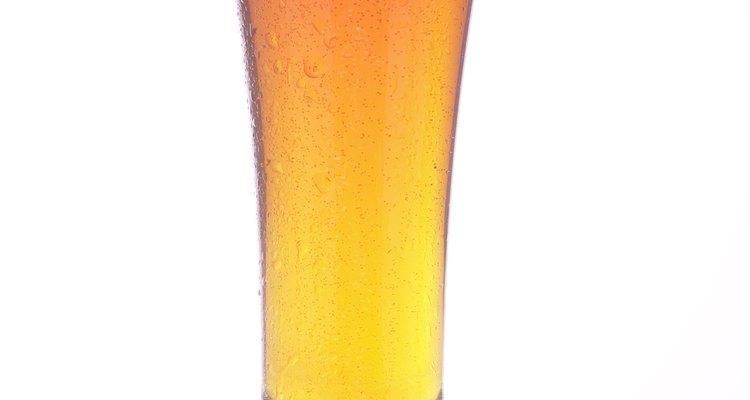 Você pode usar cerveja para obter o tom de verniz desejado