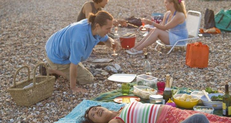 Planea un picnic de playa para disfrutar de la naturaleza como grupo juvenil de la iglesia.