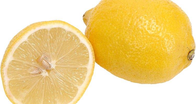 Los limones ofrecen una manera natural de limpiar y aclarar superficies blancas.