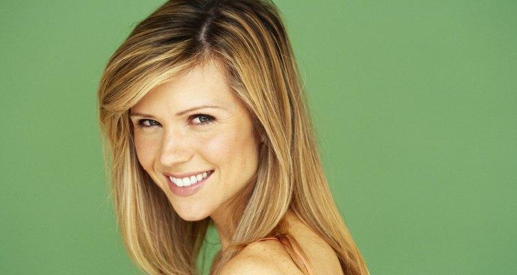 El cabello rubio crea un rasgo translúcido impactante en los ojos verdes.