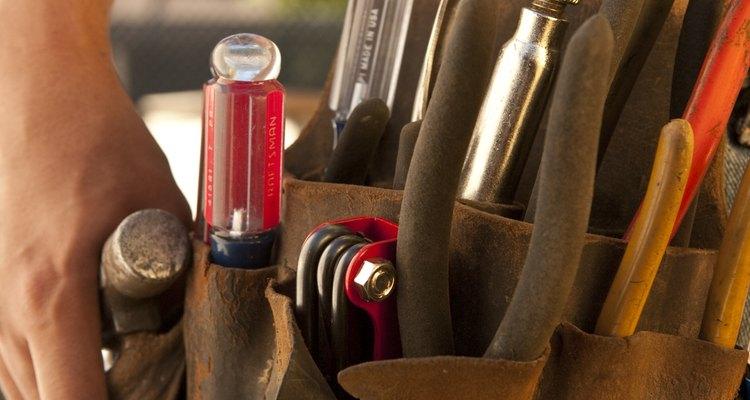 Um martelo pesado pode inserir um prego no concreto com mais força, prevenindo rachaduras