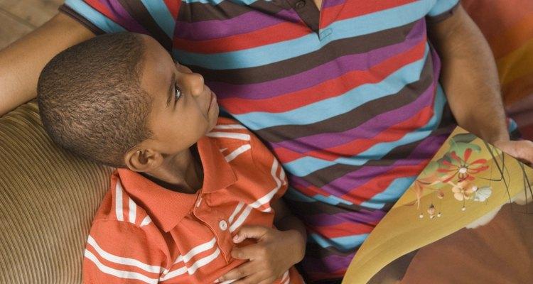 Leerle en voz alta a tu hijo es una forma sencilla de participar.