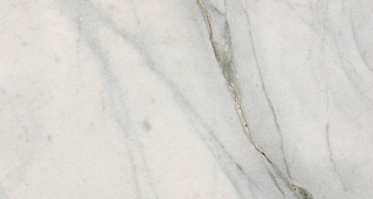 O mármore tem uma superfície revestida em gel