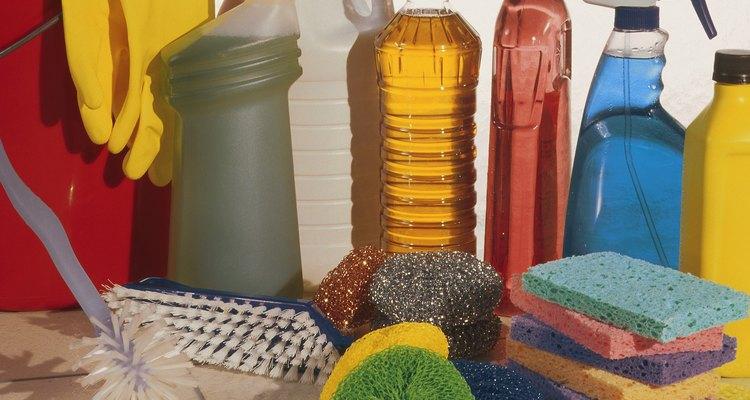 Utiliza vinagre blanco, pasta dental y cepillos para limpiar manchas en recipientes de plástico.