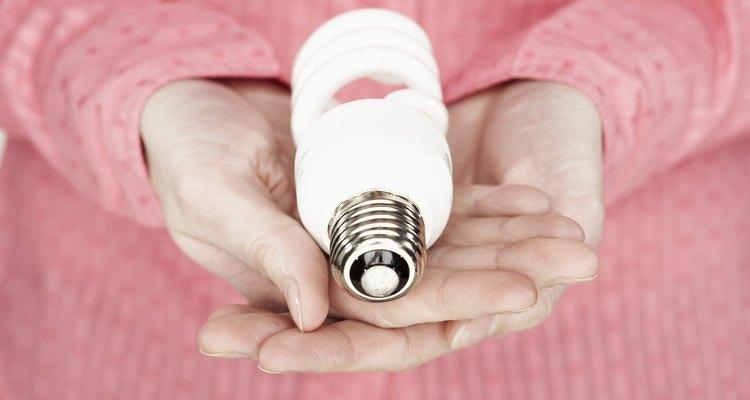 Você pode usar eletricidade estática para fazer o bulbo da lâmpada soltar faiscas