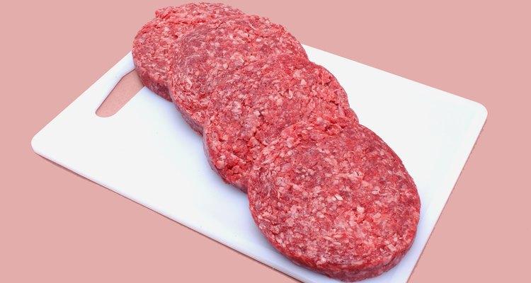 Crea hamburguesas de carne que sean iguales en tamaño, así se cocinarán de manera uniforme.