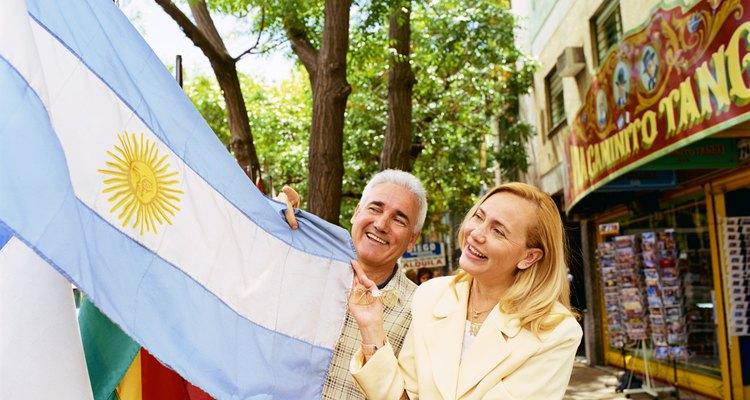 Pareja sosteniendo la bandera de Argentina.