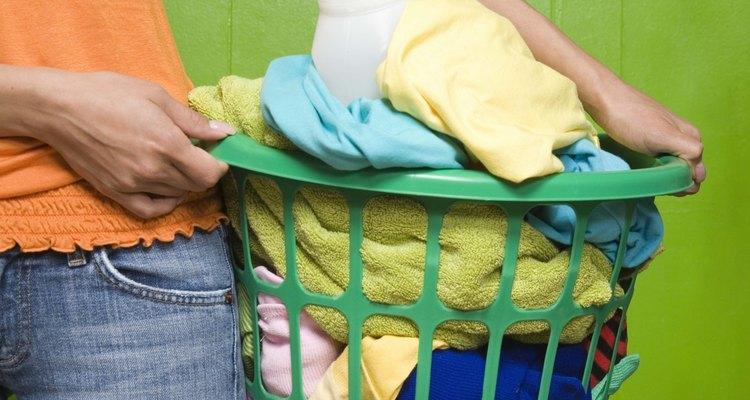 Mata los gérmenes en la ropa sucia para prevenir enfermedades.