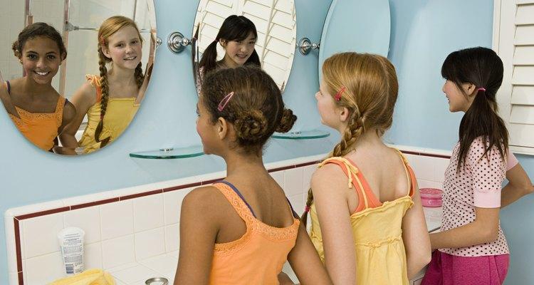 Los espejos en grupo mejoran el aspecto de las paredes vacías.