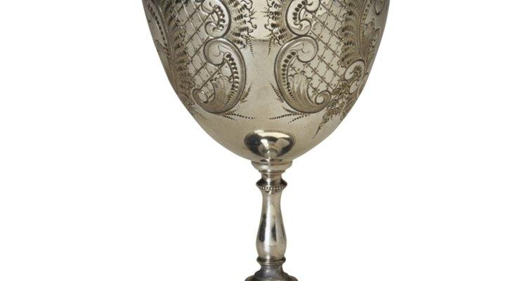Esta taça de prata ornada pode ter sido um presente de batismo ou de casamento.
