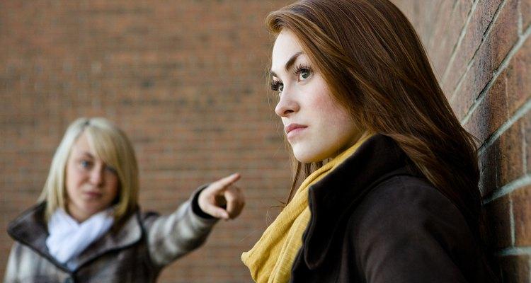 Adolescentes discutindo, uma apontando para a outra