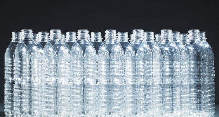 Utiliza una botella de plástico para filtrar agua.