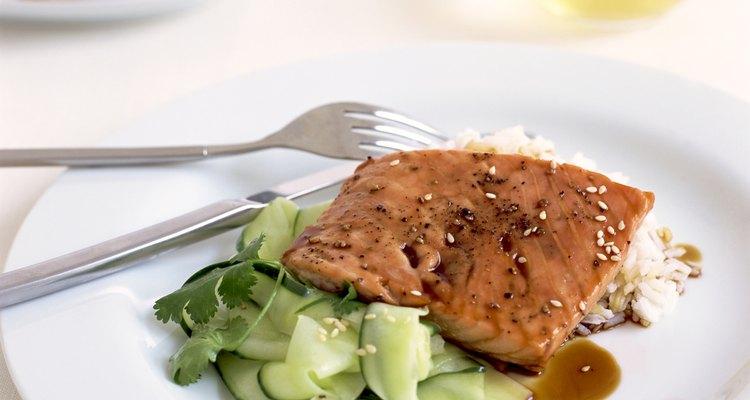 Peixes de água fria, como salmão e atum, são ricos em ômega-3