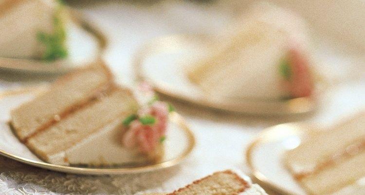 Decora las mesas de la recepción de tu boda con caminos artesanales.