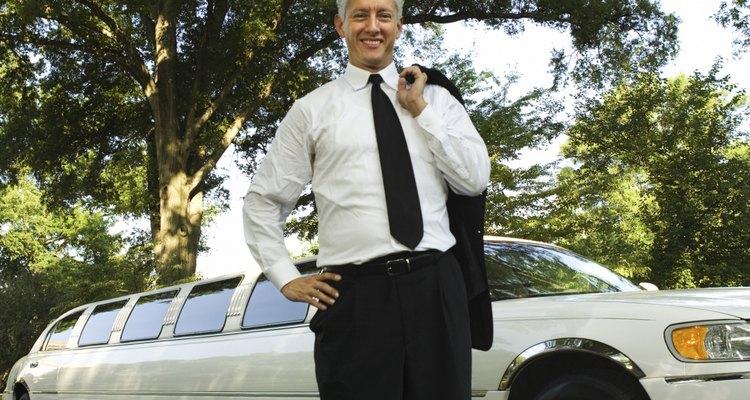Algunos conductores de limusinas necesitan obtener licencias de conducir del estado y de la comisión de la ciudad.