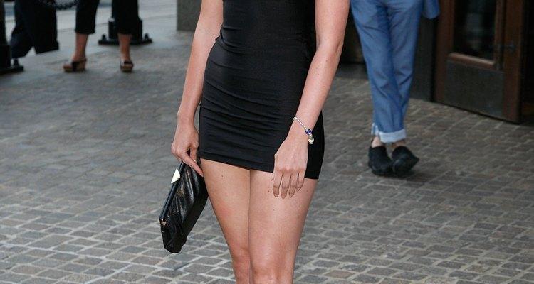 Un mini vestido corto y unos botines alocados crean un estilo a la moda para las fiestas.