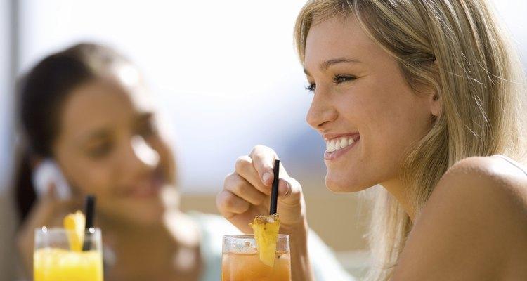 Si bebes alcohol tu piel no lucirá tersa ni saludable porque la deshidrata.